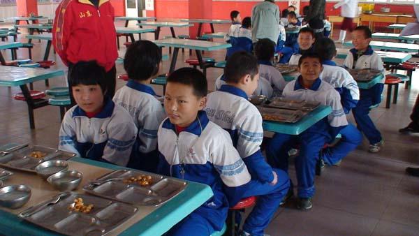 10月26日下午,业务办、教导处组织全校学生在学校餐厅以课间加餐的形式,举行了文明就餐礼仪展示活动。通过这次活动的开展,进一步规范了学生的就餐行为,为学生养成自觉排队入座就餐、餐前洗手、餐后收拾餐具等良好的生活习惯,提高学生的自我服务能力,融入集体、适应社会奠定了良好的基础。  小班的孩子在老师的指导下文明就餐  老师在学生用餐前进行相关知识的教育  自理能力比较好的学生帮助自理能力较差的学生分餐  部分程度较重的学生,老师进行手把手的教  老师对学生进行用餐前相关知识教育  年龄较大、程度好的学生实行