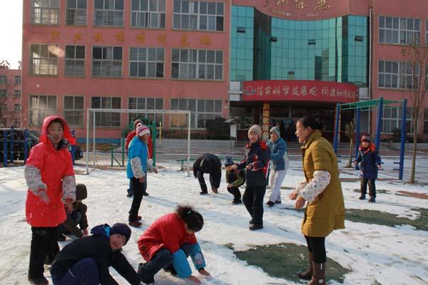 校园迎来冬天的第一场雪[山东临沂天使国际特教学校]
