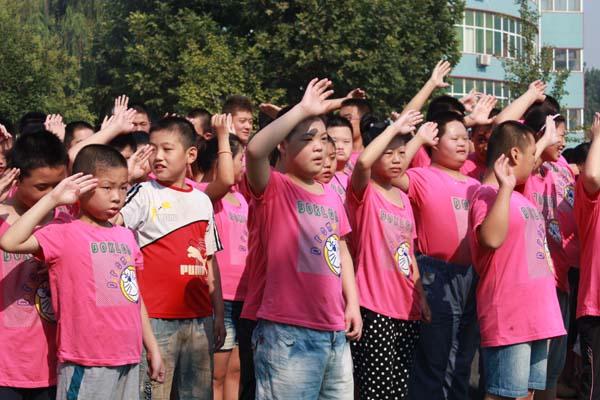 奏唱国歌,少先队员行队礼-我校举行新学期开学典礼
