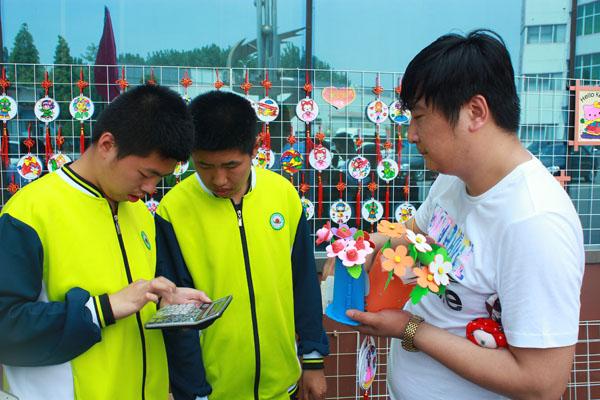 实现美好中国梦 ——天使国际特教学校开展学生工艺品爱心义卖活动