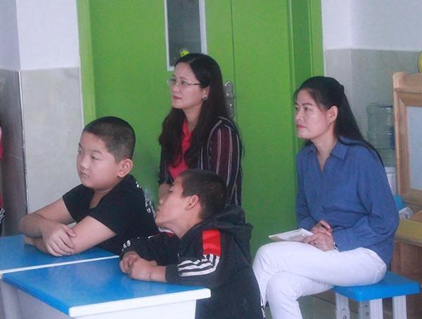 9月15日-17日,台湾特殊儿童康复教育专家林菱佩女士,应邀特地从台湾来到山东临沂,在我校多功能会议厅举办了为期3天的全国特殊儿童融合教育课程培训。林菱佩老师毕业于中国文化大学青少年儿童福利研究所,曾担任台湾自闭症基金会主任,伊甸基金会三峡身心障碍福利服务中心主任,先后从事自闭症儿童、青少年、老年的康复治疗、社交技巧、关爱服务的工作,有二十多年丰富的理论知识和社会实践经验。