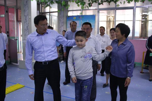 区委副书记、区长姚运明助残日前夕到我校走访慰问