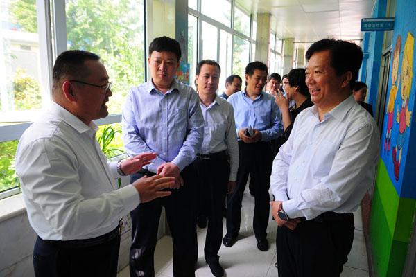 全国助残日:临沂市委副书记郑德雁带队到我校走访慰问
